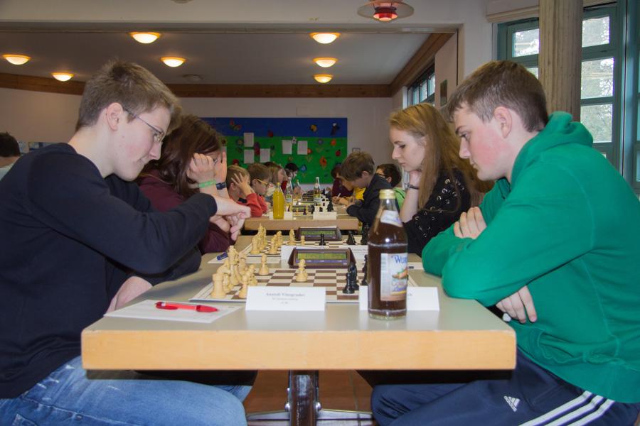 4. Runde U18:Brett 1: Anatioli gegen Julian Brett 2: Lena gegen Johanna