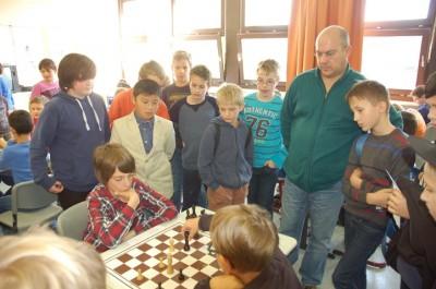 Nur noch eine Partie läuft und entscheidet den Mannschaftskampf in der Altersklasse U13. Schiedsrichter Helmut Kreutzer (Pindl-Gymnasium Regensburg) und Zuschauer folgen gespannt.