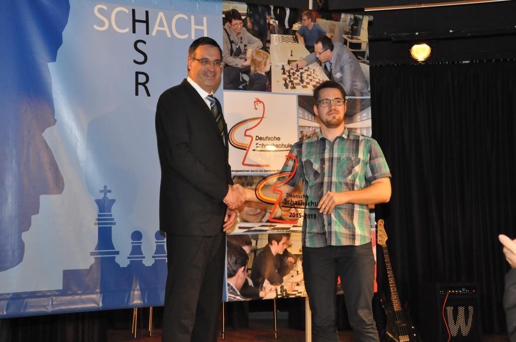 """Schulleiter Dr. Michael Meier (links) erhält die Plakette """"Deutsche Schachschule"""" aus den Händen von Martin Blodig im Namen der Deutschen Schachjugend"""