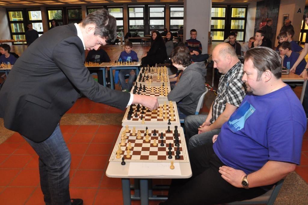 StR Paul Durst (vorne) wehrt sich tapfer gegen den Deutschen Meister U18 von 2014 Florian Ott. Schülervater Robert Geiger (dahinter) gewann seine Partie als einziger von 40.