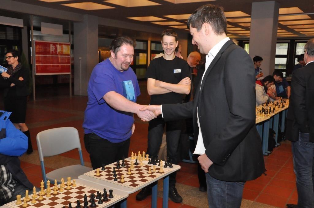 Schulmeister der HSR StR Paul Durst gibt seine Partie gegen Florian Ott auf.