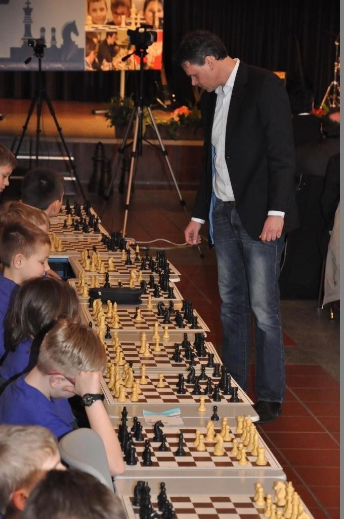 """Ohne Chance waren die Gegner von Andreas Rupprecht. Dieser ist nicht nur Stellvertretender Schulleiter der Schönwerth-Realschule Amberg, sondern auch nebenbei der einzige einheimische Oberpfälzer, der den Titel """"Internationaler Meister"""" (also eins unter Großmeister) trägt. Logisches Ergebnis: 20 - 0"""